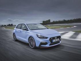 Hyundai i30N bán với giá khởi điểm 24.995 bảng, rẻ hơn gần 4.000 bảng so với Golf GTI