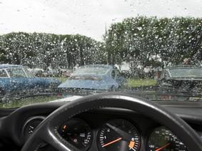 Mẹo khắc phục lớp mờ trên kính ô tô do lái xe dưới trời mưa