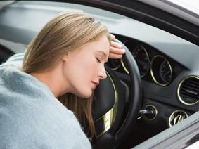 Nguy hiểm khi ngủ trong xe hơi và mẹo tránh ngạt khí