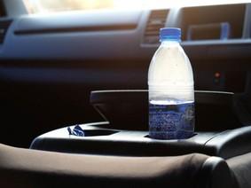Nguy cơ cháy xe hơi khi để chai nước trong cabin dưới trời nắng