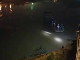 Yên Bái: Nhầm chân ga và chân phanh, KIA K3 lao thẳng xuống sông Hồng
