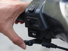 Công dụng tuyệt vời của cần gạt gió trên xe máy
