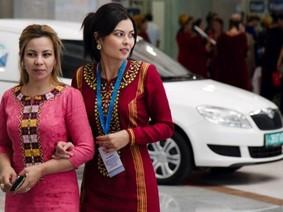 Không chỉ cấm xe màu đen, Tổng thống Turkmenistan còn cấm phụ nữ lái ô tô