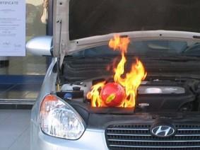 Việt Nam: Chữa cháy ô tô chỉ bằng một trái bóng