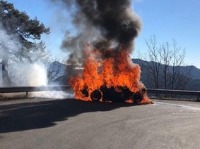 Hai người dẫn chương trình Top Gear suýt chết vì xe bốc cháy trong lúc quay phim