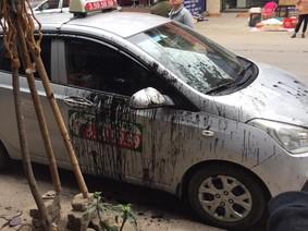 Phú Thọ: Xe taxi bị bôi bẩn vì đỗ trước cửa hàng sửa xe máy