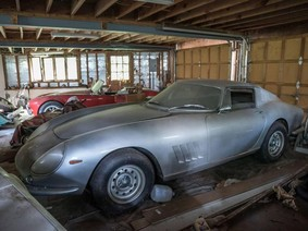 Gara xập xệ bất ngờ chứa 2 chiếc xe cổ trị giá gần 4 triệu USD