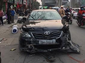 Toyota Camry đâm hàng loạt xe khiến ít nhất 4 người bị thương trong chiều 28 Tết
