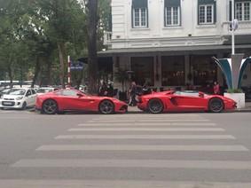 """Cặp đôi siêu xe đỏ rực """"thả dáng"""" cùng nhau trên đường phố Hà Nội những ngày giáp Tết Nguyên Đán"""