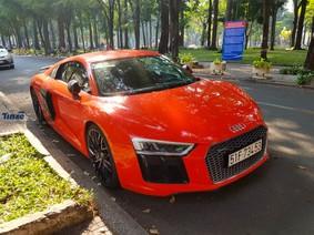 Phan Thành cầm lái siêu xe Audi R8 V10 Plus đỏ rực dạo phố Sài thành trước thềm năm mới