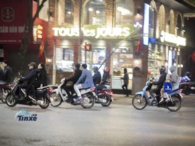 Người dân Hà Thành hồn nhiên vi phạm luật giao thông trong tối Giao Thừa