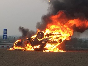Hải Phòng: Mercedes-Benz S63 AMG lật ngửa và bốc cháy trơ khung sau tai nạn