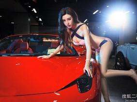 Bỏng mắt với người đẹp Ngụy Gia Đế bên những chiếc siêu xe Ferrari