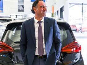Nhân viên bán xe phá kỷ lục Guinness thế giới với 1.582 chiếc trong 1 năm
