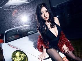 Mát mắt cùng người mẫu diện váy xẻ ngực sâu gợi cảm bên siêu xe Porsche 911 GT3 RS