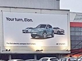 """Học Audi, Hyundai đặt bảng quảng cáo """"trêu ngươi"""" Tesla"""