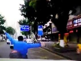 Ô tô truy đuổi và đâm thẳng vào đuôi xe máy sau va chạm