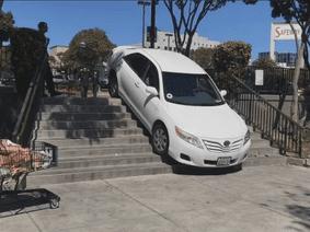 Bản đồ Uber chỉ dẫn sai khiến xe ô tô lao lên cầu thang cho người đi bộ