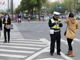 Xử phạt người đi bộ sai luật thời công nghệ