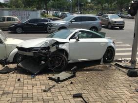 Audi TT gần 2 tỷ Đồng tông móp cột đèn ở Phú Mỹ Hưng, đầu xe hư hỏng nặng nề
