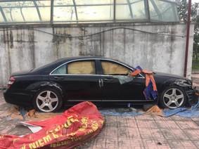 """Mercedes-Benz S550 """"dầm sương, dãi nắng"""" tại một công viên ở Hà Nội nhiều năm"""