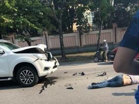 Nissan Navara vượt lấn làn, đâm trực diện người đi xe máy