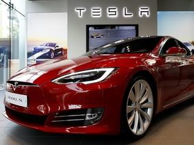 """Tesla bị tố """"ngấm ngầm"""" tắt tính năng trên xe mà không nói với khách hàng"""