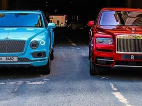 Lần đầu tiên bắt gặp Rolls-Royce Cullinan so kè cùng Bentley Bentayga trên đường phố