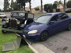 """Nữ tài xế lái Toyota Corolla, đâm vào xe Ford """"báu vật gia truyền"""" rồi bỏ chạy"""
