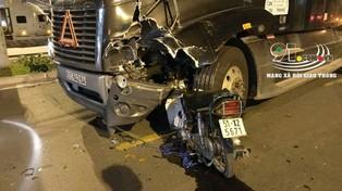 Sài Gòn: Tông xe máy vào xe container, nam thanh niên hát rong bán kẹo tử vong tại chỗ