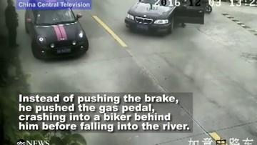 Xe lăn xuống sông do đạp nhầm chân ga