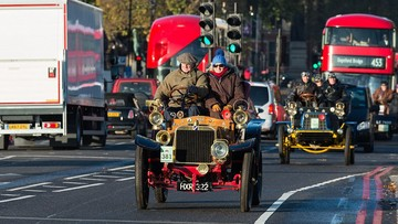 """Đoàn xế cổ """"diễu hành"""" trên đường phố London"""