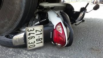 """Xe máy vượt đèn đỏ bị xe tải kéo đi hàng chục mét ở ngã ba """"tử thần"""""""
