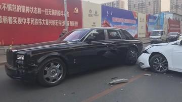 """Bị tông vào bên hông xe, chủ nhân Rolls-Royce Phantom nói """"bán nhà đi mà đền"""""""