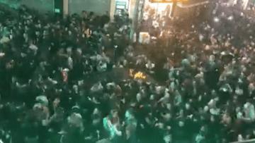 Ô tô mắc kẹt giữa đám đông trong phố đi bộ