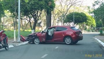 Sài Gòn: Nữ tài xế nhầm lẫn giữa chân ga và chân phanh, Mazda 3 tông vào trụ đèn