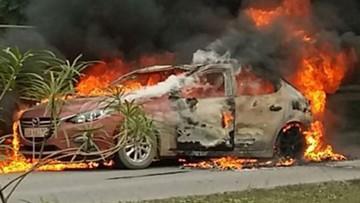 Mazda3 bốc cháy trơ khung trên cao tốc Hà Nội - Thái Nguyên