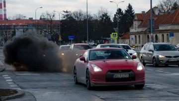 Nissan GT-R nhả khói đen mù mịt trên phố khiến nhiều người lái xe phát hoảng