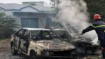 TPHCM: Ô tô cháy trơ khung do ngọn lửa lan từ bãi rác