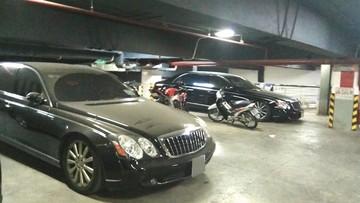 """Xót xa với hình ảnh cặp đôi xe siêu sang Maybach 62S triệu USD bị """"bỏ rơi"""" ở hầm đỗ xe"""