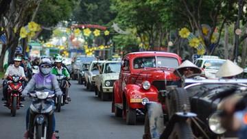 Dàn xế cổ cực hiếm của người nước ngoài diễu hành trên đường phố Sài thành