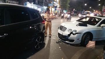 Hà Nội: Xe siêu sang Bentley hư hỏng nặng sau vụ tai nạn với Kia Rondo