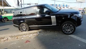 Thủ Đức: Tài xế thiếu quan sát, Range Rover Autobiography hơn 7 tỷ Đồng mắc kẹt tại dải phân cách