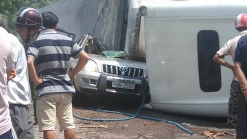 Xe container lật trên đèo Cù Mông, đè trúng Toyota Land Cruiser Prado
