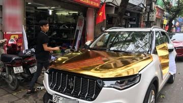 """Xe Trung Quốc Zotye T700 """"nhái"""" Maserati dán đề-can vàng crôm trên đường Hà Nội"""