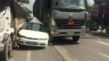 Hải Phòng: Vượt phải, xe biển xanh bị kẹp giữa xe đầu kéo và ô tô tải