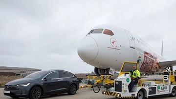 Xem cảnh Tesla Model X kéo máy bay Boeing 787-9 Dreamliner nặng 130 tấn