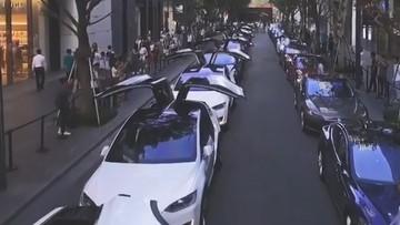 """Dàn xe Tesla Model X đỗ hàng dài, """"đập cánh"""" trên đường phố gây sự chú ý"""