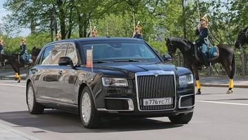 Tổng thống Nga Vladimir Putin khoe xe limousine mới với Hoàng tử Abu Dhabi