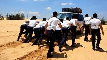 Hàng chục nhân viên Trung Nguyên đẩy Range Rover bị mắc kẹt tại bãi cát ở Bàu Trắng
